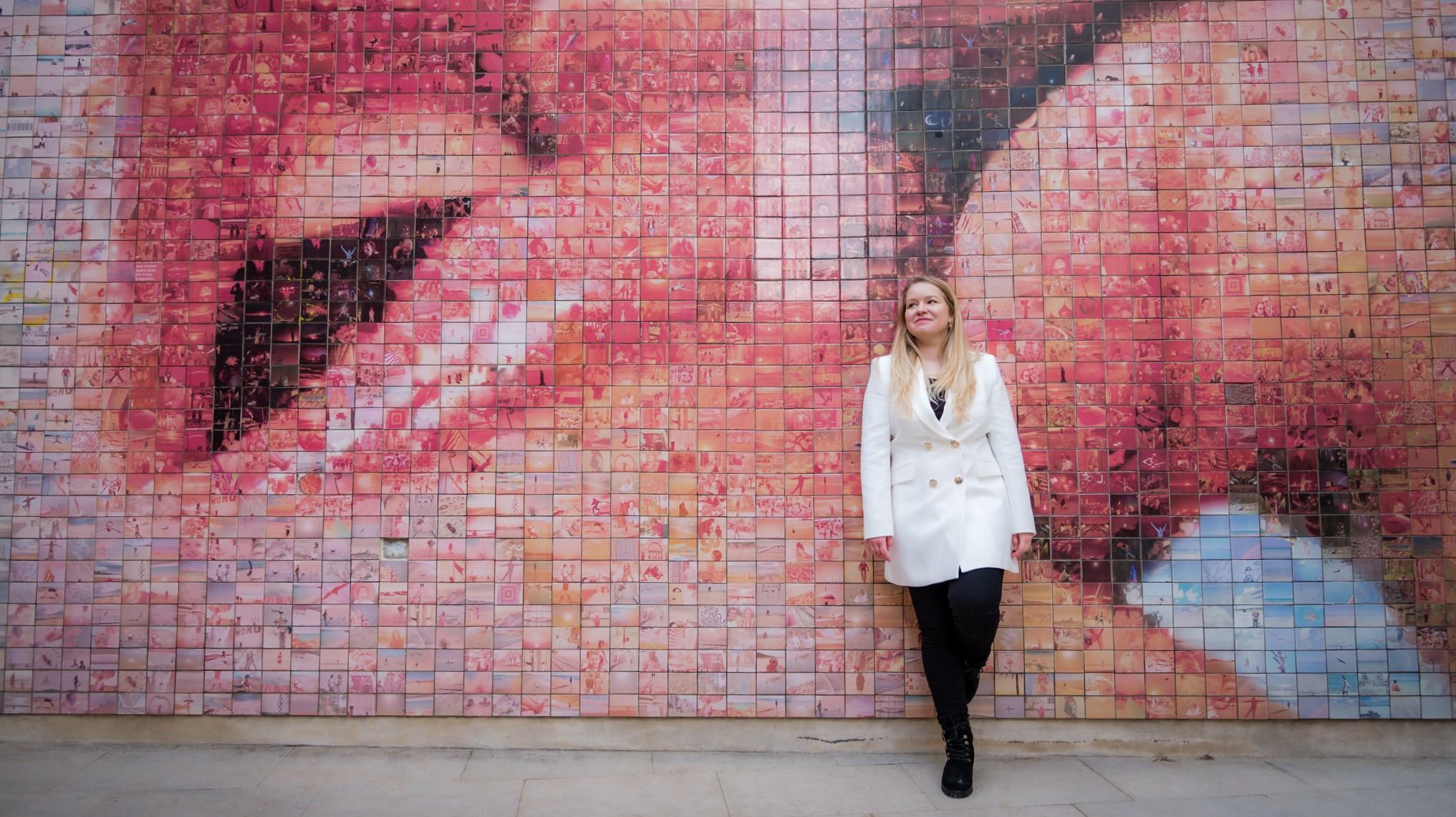 Intrepid Emma instead of El Beso mural in Barcelona